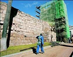 Los técnicos de la empresa Resgal apuntalan las torres de la alcazaba en Mérida para su restauración