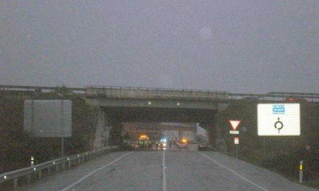 Un camión con 24.000 kilos de ácido fosfórico vuelca y crea alarma cerca de Navalmoral de la Mata