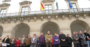Extremadura protesta en silencio contra el terrorismo y los vecinos se concentran frente a los ayuntamientos
