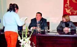 El alcalde de Almendralejo se somete a las preguntas de escolares en el Día de la Constitución