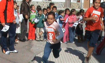 Unos 300 alumnos y profesores del Gonzalo Encabo de Talayuela realizan una carrera solidaria