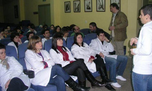Una treintena de alumnos del instituto Alagón de Coria descubren los beneficios del Aceite Gata-Hurdes