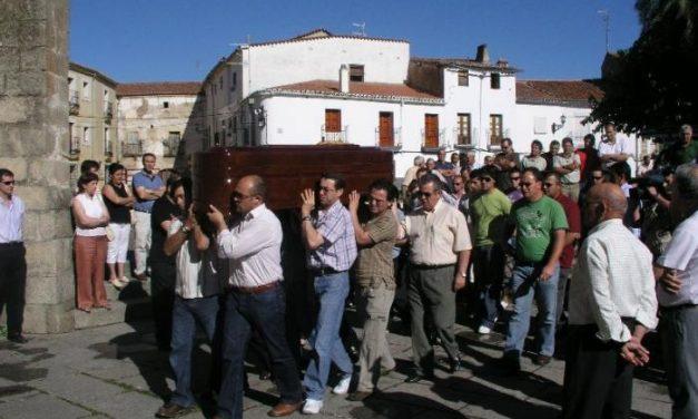 Multitudinaria despedida en Coria a Juan José Hernández