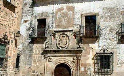 El Ayuntamiento de Cáceres presenta el libro Ciudades de cuento sobre cada localidad Patrimonio de la Humanidad