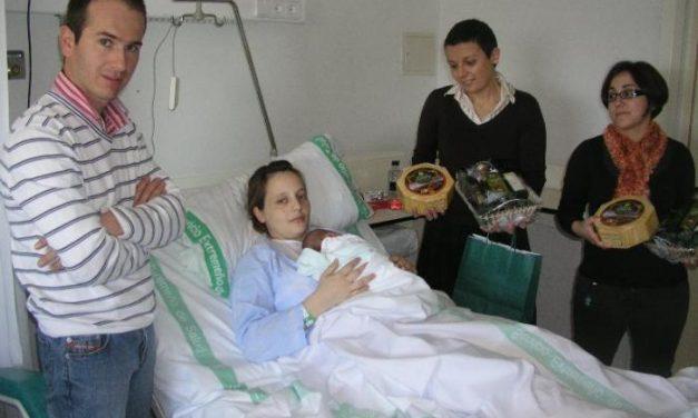 """El Aceite """"Gata-Hurdes"""" entrega cinco cestas de Navidad a los cinco bebés nacidos esta semana en Coria"""