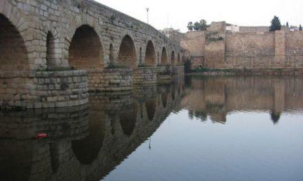 Detienen a dos personas por dañar con pintadas y graffitis el Puente Romano de Mérida sobre el río Guadiana