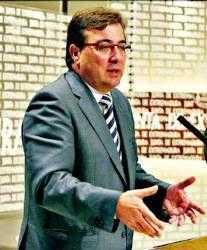 Fernández Vara propone crear un banco público y acelerar la fusión de las dos cajas de la región