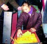 Los comerciantes de Almendralejo entregan los 114 regalos de su tradicional sorteo de Navidad