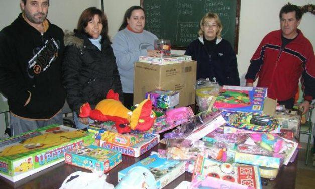 La Agrupación de Protección Civil de Coria reparte alrededor de un centenar de juguetes entre los niños