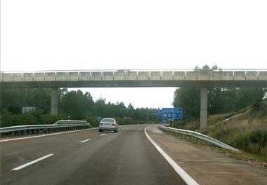 Un hombre de 40 años de Esparragosa fallece en la A-5 en Badajoz al ser atropellado por un furgón portugués