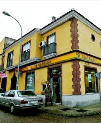 Funcionarios del cuerpo de la Policía Nacional detienen a dos personas por atracar una oficina de Caja Badajoz