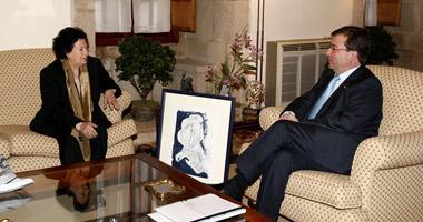 Mercedes Guardado, viuda del artista Wolf Vostell, regala a Vara un cuadro sobre Maimónides