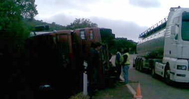 La carretera Badajoz-Cáceres se ha cortado al tráfico en su totalidad para retirar un camón accidentado