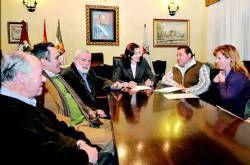 La alcaldesa de Plasencia convence a la directiva vecinal de San Miguel de que no renuncia a la piscina