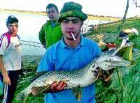 El pescador cacereño Juan Carlos López, logra un lucio perca con un peso de 7,4 kilos en Sierra Brava
