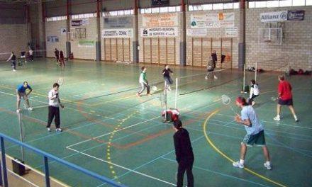 El pabellón de deportes acogió una convivencia regional de bádminton con 50 jugadores en Coria