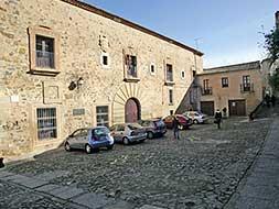 Los residentes de la parte antigua de Cáceres urgen al Ayuntamiento mas zonas para aparcamiento