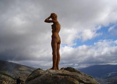 """Tirotean el conjunto escultórico """"El mirador de la memoria"""" situado en la localidad de El Torno"""