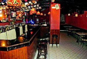 Dos encapuchados atracan a punta de pistola el pub La Buhardilla con clientes en la ciudad de Badajoz