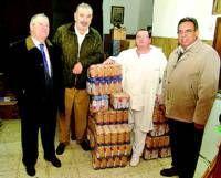 La peña El Garbanzo dona 400 kilos de garbanzos a los Hermanos Franciscanos de la Cruz Blanca en Cáceres