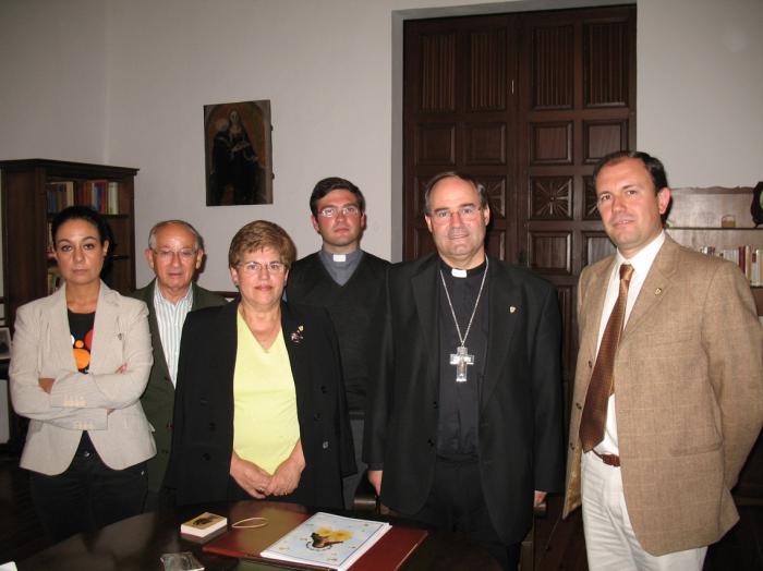 Los Paladines de La Encamisá presentan los actos de la coronación de la Inmaculada al nuevo Obispo