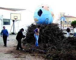Unas 60 hogueras arderán este domingo con motivo de la celebración de Las Candelas en Almendralejo