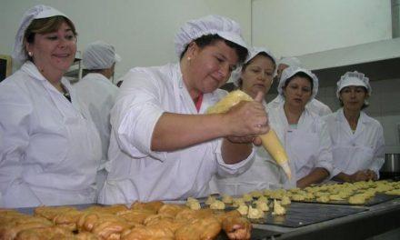 Casi la mitad de los alumnos que se forman en los cursos de repostería en Coria encuentran un empleo