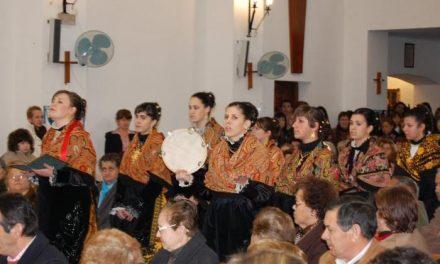 Cientos de personas participan en la popular fiesta de Las Candelas de La Moheda de Gata