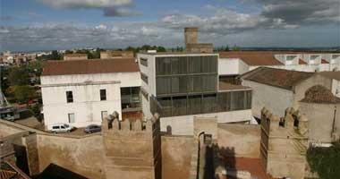 Unas 250 personas se manifiestan contra el derribo del cubo de Biblioteconomía en la ciudad de Badajoz