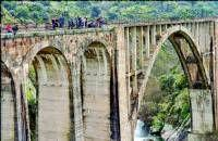 Buscan a un desaparecido junto al puente de la antigua vía del tren en la ciudad de Plasencia