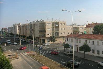 Fomento repara las tapas de alcantarillado en el carril derecho de la Avenida Pureza Canelo en Moraleja