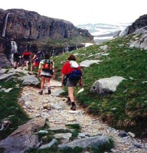 Ademoxa organiza una ruta de senderismo por Cabezuela del Valle, Navaconcejo y Piornal