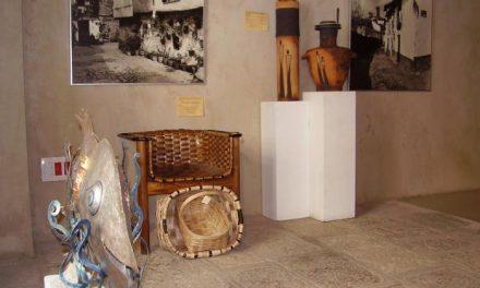 La oficina de turismo de Hervás acoge una exposición de piezas realizadas por artesanos locales