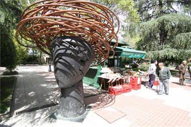 El Paseo de Cánovas de Cáceres acoge las esculturas monumentales de Manolo Valdés hasa el 18 de mayo