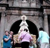 Cientos de niños participan en la ofrenda floral de despedida a la Virgen de las Cruces en Don Benito
