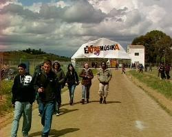 La lluvia y el granizo protagonizan la V edición del Festival Extremúsika que se celebra en Mérida