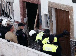 Funcionarios del Cuerpo de Policía comienzan los desahucios de viviendas ilegales en Plasencia