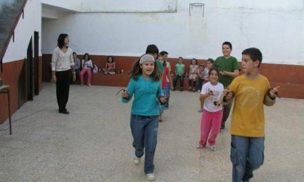 El grupo de Coros y Danzas Savia Viva de Coria enseña a bailar jotas de Extremadura a unos 30 niños