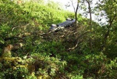 Una maestra sale ilesa de un aparatoso accidente de tráfico en Santibáñez al caer su vehículo por un terraplén