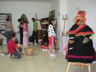 El colegio de Valrío acoge una exposición de objetos antiguos elaborada por los alumnos del centro