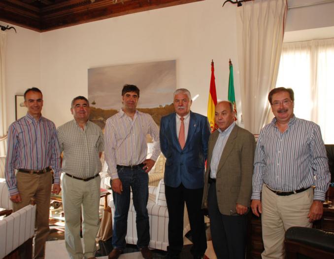 Una delegación de Atapuerca visita el complejo deportivo que tiene la Diputación en capital cacereña