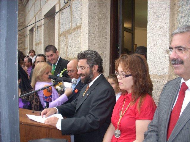 El abanderado Juan Carlos Pérez da el inicio oficial de los sanjuanes 2009 en Coria con la suelta del chupinazo