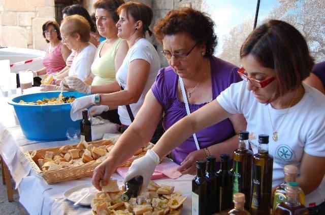 Más de 1.500 personas participan en un desayuno popular en Hoyos organizado por el aceite Gata-Hurdes