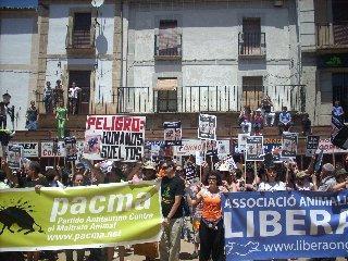 Entre abucheos e insultos se ha celebrado esta mañana la manifestación en contra de las fiestas de San Juan