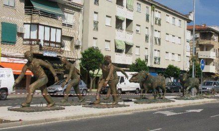 Un conjunto escultórico formado por siete figuras homenajea los encierros taurinos de Moraleja