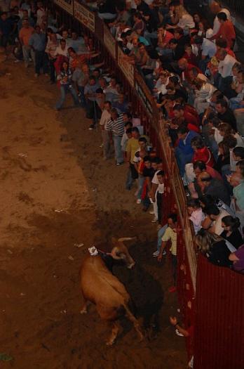 El toro de Victorino Martín, Ricacho, hiere a un mozo con una cornada en el cuello y un puntazo en el abdomen