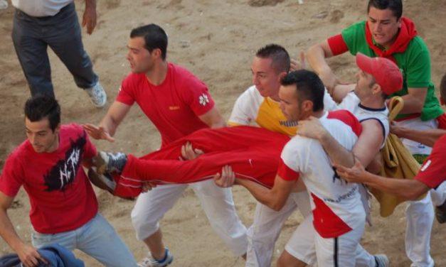 Victorioso, el toro de la tarde del 25, hiere a un joven de Leganés en una pierna y le manda al hospital de Coria