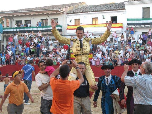 El novillero Román Pérez corta cuatro orejas a los victorinos en la tercera de abono de Moraleja