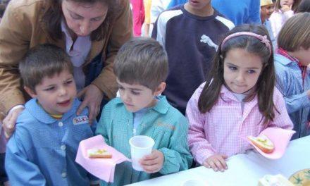 Un centenar de niños del campamento de Villamiel participa en un desayuno con aceite Gata-Hurdes