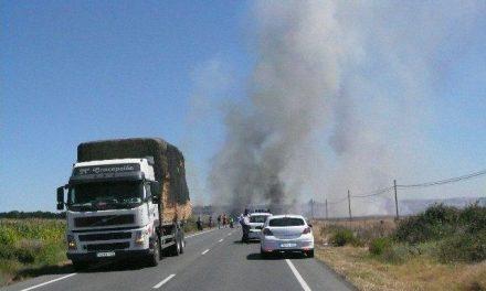 El incendio de un remolque de paja obliga a cortar la Ex-108 entre Coria y Moraleja durante dos horas y media